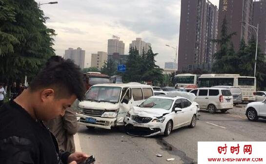 西安公交车失控向前冲 致18车相撞(图)