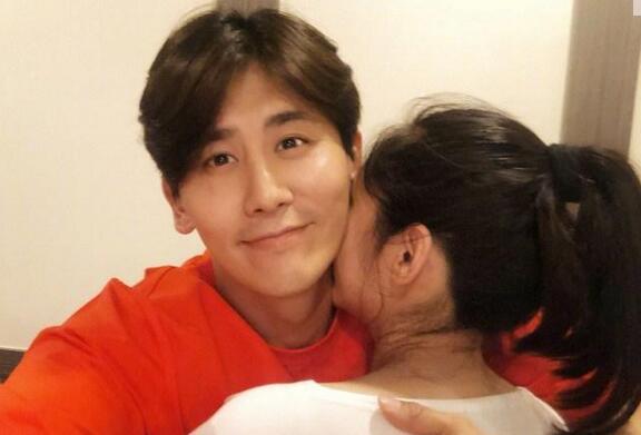 于晓光搂妻庆生,秋瓷炫怀孕9个月即将临盆