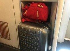 列车乘务员整理行李柜 突然发现一人脸(图)